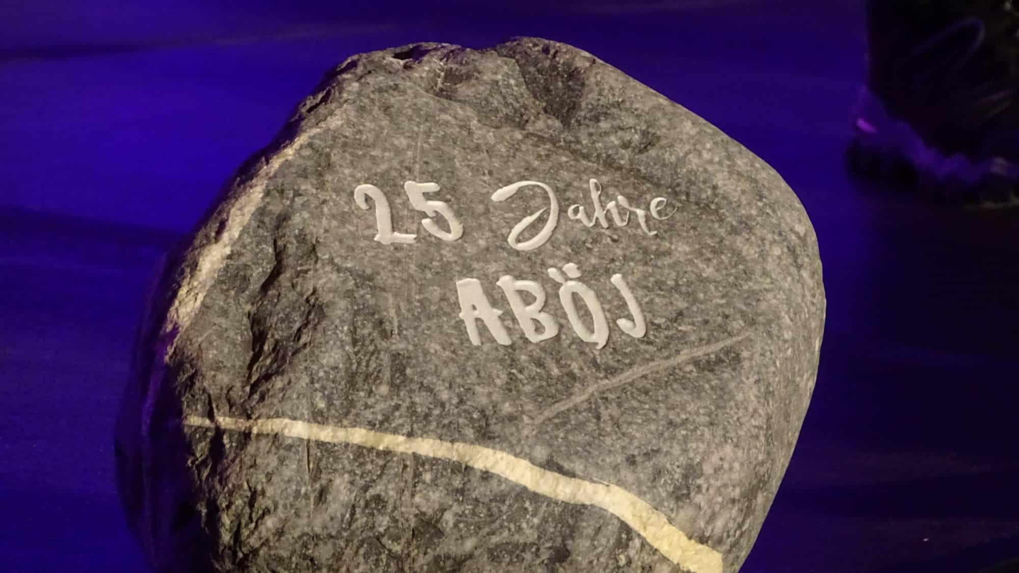 """Gedenkstein mit Gravur """"25 Jahre ABÖJ"""""""